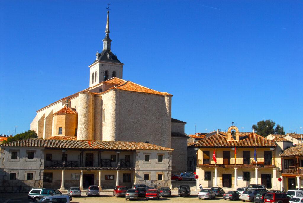 Colmenar de Oreja. Plaza Mayor. Biblioteca, Ayuntamiento e Iglesia de Santa María La Mayor.